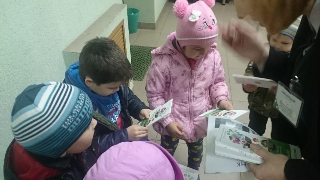 dzieci-podczas-dzialan-w-ramach-projektu-w-banku